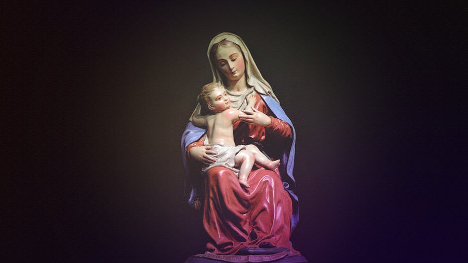 figurka przedstawiająca matkę boską